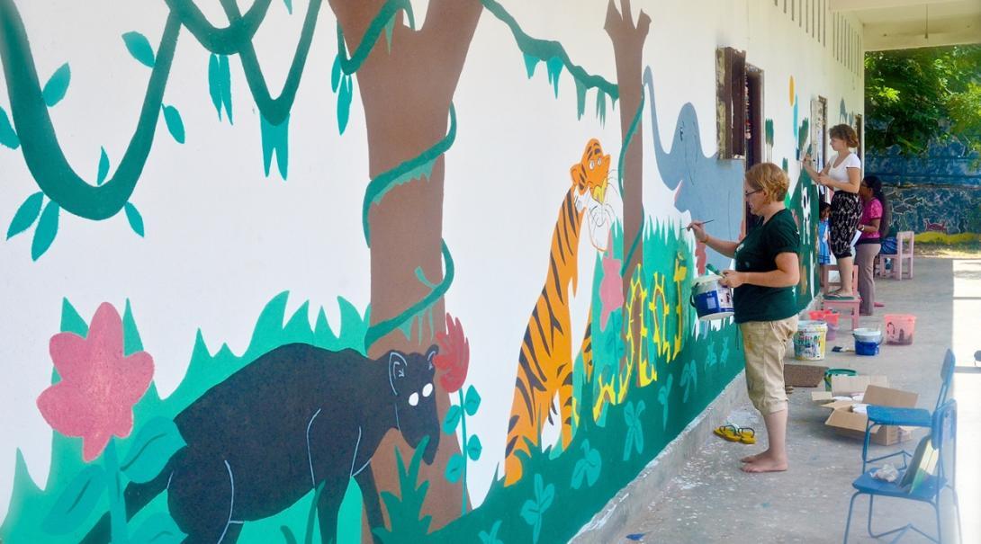 スリランカの教育施設のペインティングを通して学習環境の改善に努めるチャイルドケアボランティア